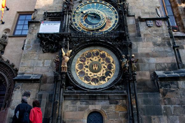 Pražský orloj je vyhľadávaná turistická atrakcia.