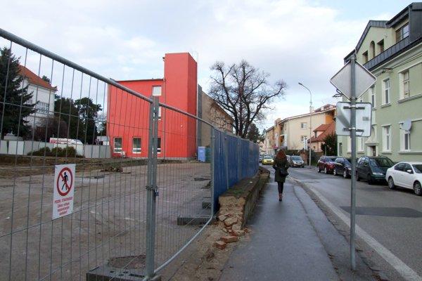 Stavenisko na Špitálskej ulici. Za ním sa nachádza súčasné kardiocentrum.