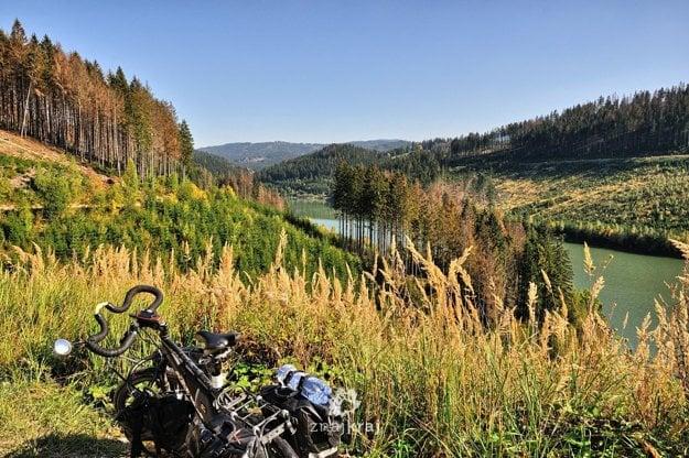 Na bicykli okolo vodnej nádrže Nová Bystrica na Slovensku