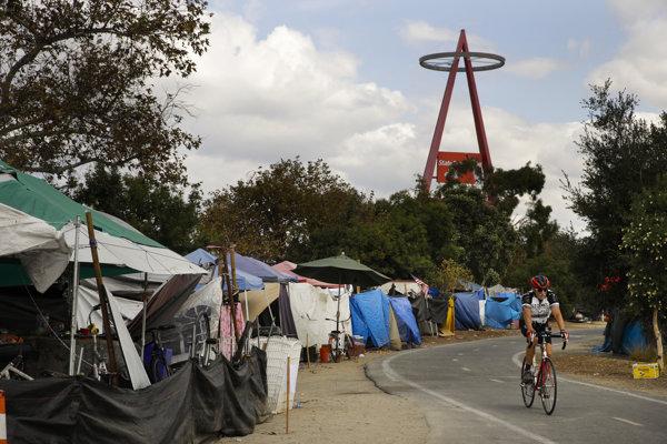 Bezdomovci kempujú neďaleko bejzbalového štadióna v Anaheime.
