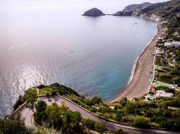 Na Ischii môžete nájsť rôzne krásne pláže.