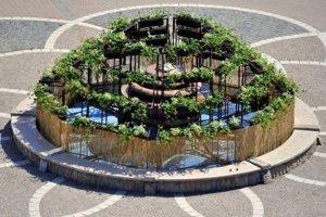 Pokus s fontánou a konštrukciou s muškátmi na fontáne sa neujal.