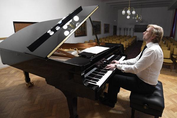 Klavirista Ivo Kahánek počas skúšky.