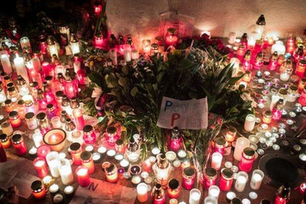 Množstvo sviec dnes ľudia zapálili aj pred francúzskym veľvyslanectvom v Bratislave.