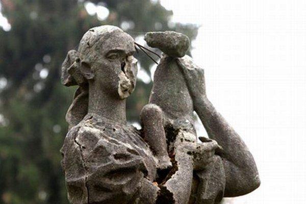 Socha Matky s dieťaťom od Karola Dúbravského z roku 1960 je už v stave, že sa nebude dať zachrániť.
