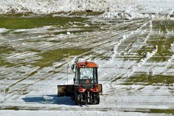 Hracia plocha na Štiavničkách sa vynára spod snehu za pomoci techniky.