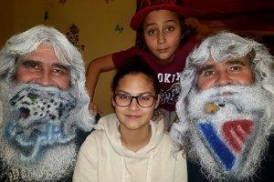 Róbert a Ľudovít chcú do športu priniesť novú kultúru. Na domáce zápasy HC Slovan si farbia brady na počesť domácich aj súperov.