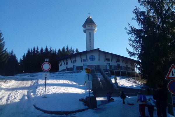 V chráme sa konajú bohoslužby aj v zimných mesiacoch.