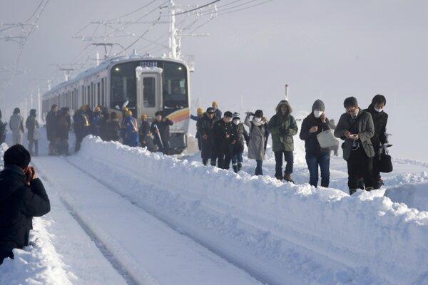 Vlak sa nemohol pohnúť pre nahromadenú masu snehu.