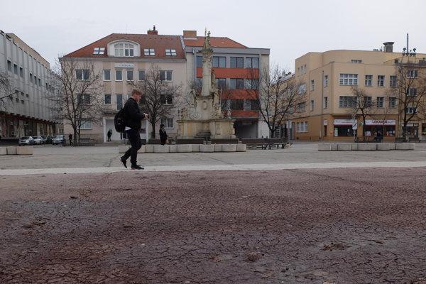 Hlavné námestie v Nových Zámkoch si už rekonštrukciu zaslúži.