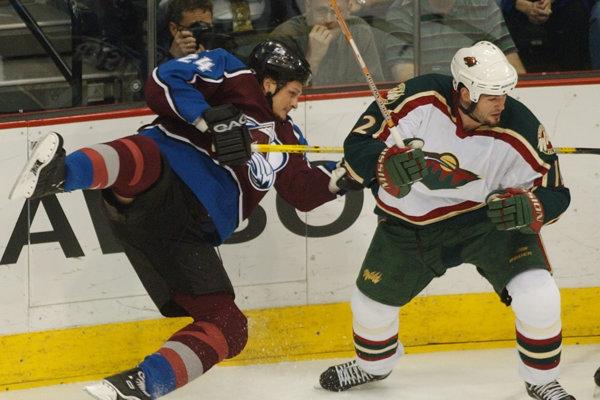 Matt Johnson (vpravo) patrik v NHL k tvrdým chlapíkom.