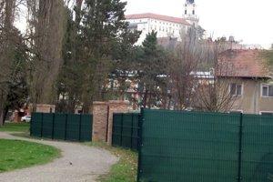 Pohľad na časť plota smerom k hradu.