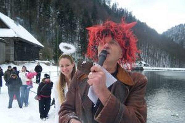 Počas nedávneho Mikuláša na Motyčkách prekvapil aj čert, ktorý sa lepšie cíti v ľadovej vode ako v horúcom pekle