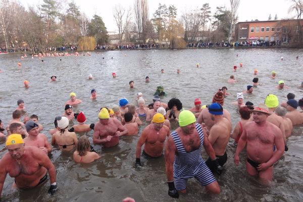 Nitriansky park bol plný ľudí - v jazere aj na brehoch.