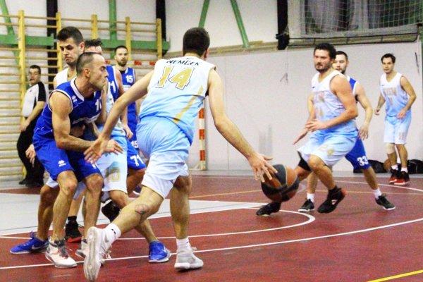 S loptou M. Nemček z FEI STU, vľavo v modrom F. Štarke.