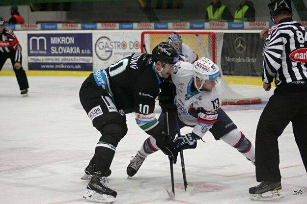 Novozámčanov načal v piatkovom derby najproduktívnejší hráč súťaže Michal Krištof(13)na vhadzovaní so Štěpánom Novotným.