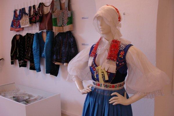 Sviatočný odev vydatej ženy z Častkova.