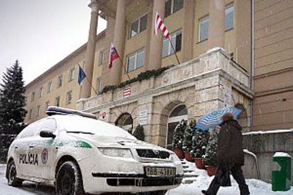 Polícia dnes vyšetrovala krádež 55-tisíc eur z kancelárie primátora Banskej Bystrice.