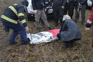 policajti a hasiči na mieste nálezu tela M. Sojákovej počas pátrania v lokalite Devínske jazero v Bratislave