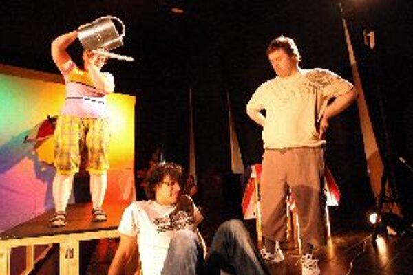 Hru Robinson zahrajú herci priamo v rómskej osade, celý týždeň dolaďovali každý detail.