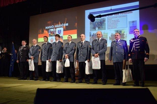 Tím profesionálnych hasičov zo žiarskeho okresného riaditeľstva. Ocenili ich za 1. miesto v súťaži o putovný pohár prezidenta Hasičského a záchranného zboru pre najlepšie družstvo hasičov - záchranárov.