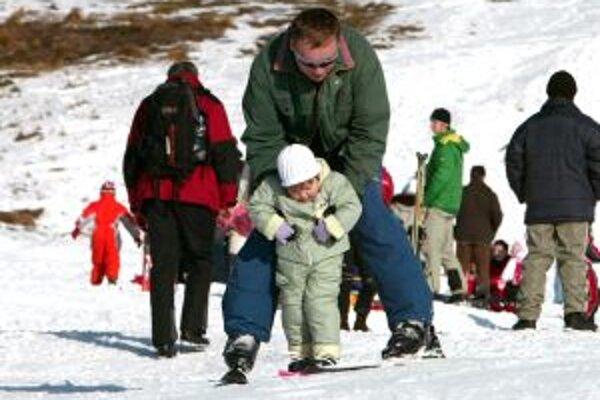Zatiaľ čo zjazdovky dokáže podržať technický sneh z chladneejších dní, lyžiari - bežci si zatiaľ szónu príliš neužili.
