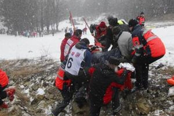 Záchranári transportujú po havarii jedného zo zranených členov posádky v zložení Martin Donoval a Miroslav Ďurko.