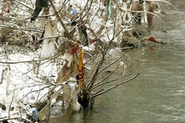 Odpadky na brehoch Hrona sú každoročnou záležitosťou.