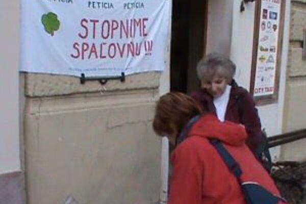 Podpisy pod novú petíciu proti  spaľovni zbierali počas uplynulého víkendu v uliciach mesta.