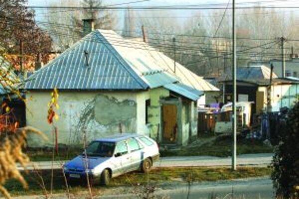 Na Cementárenskej ceste pribudli čierne stavby.