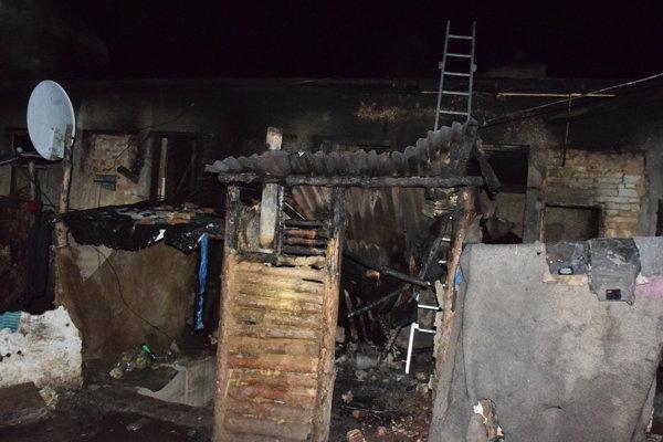 Táto chatrč horela. Požiar sa presunul do útrob bývalej škôlky.