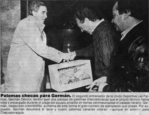 Výstrižok zmiestnych novín: Peter Demo (vľavo) doručil Germánovi Dévorovi na Kanárske ostrovy párik slovenských holubov.