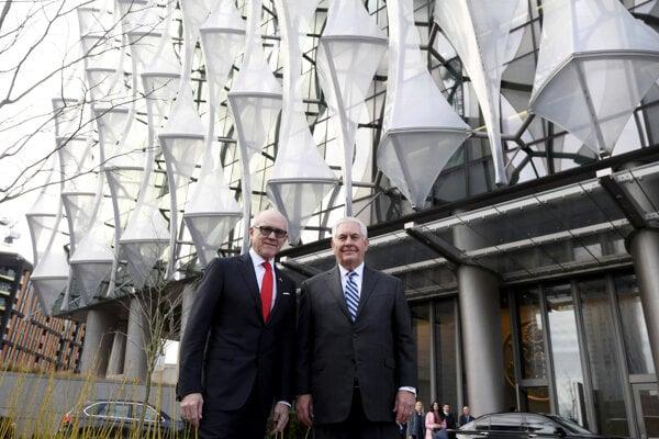Americký minister zahraničia Rex Tillerson (vpravo) pred novou americkou ambasádou v Londýne. Na snímke vľavo je americký veľvyslanec v Británii.