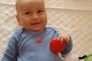 Malý Branko sa napriek zdravotným problémom usmieva.