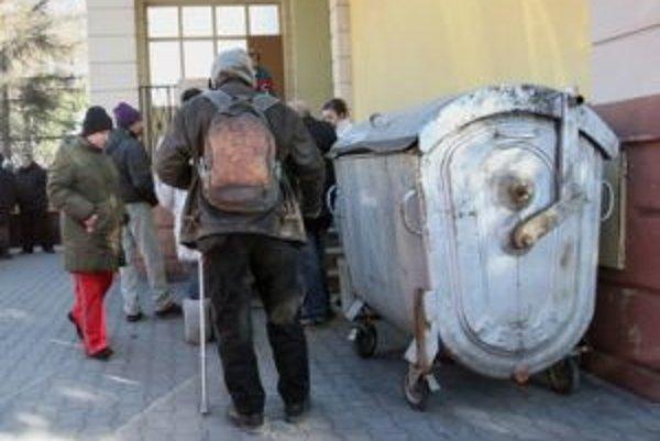 Okolo obeda sa pred domom pre núdznych schádzajú ľudia bez domova na teplú polievku.