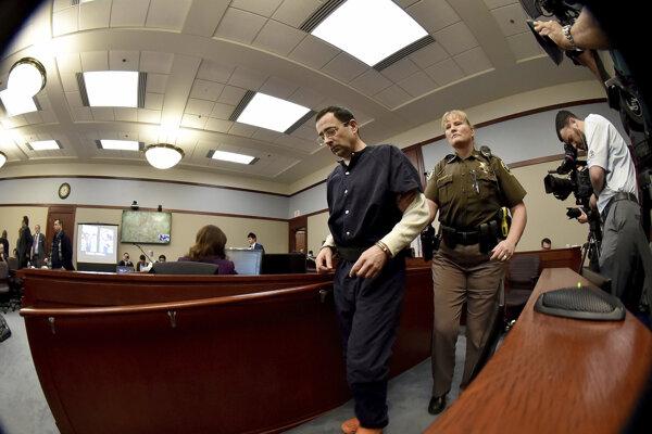 Bývalý lekár Larry Nassar počas súdneho pojednávania.