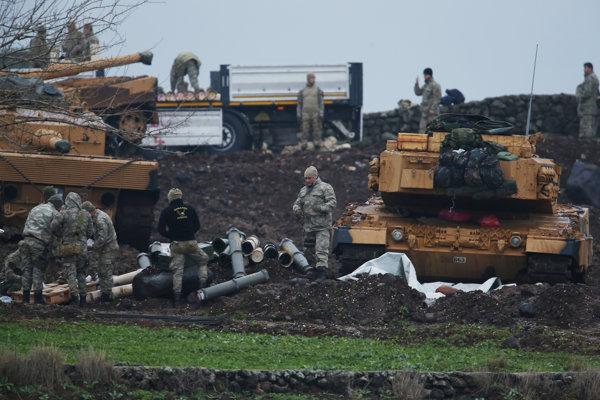 Tureckí vojaci sa pripravujú na útok proti kurdským milíciam na území Sýrie.