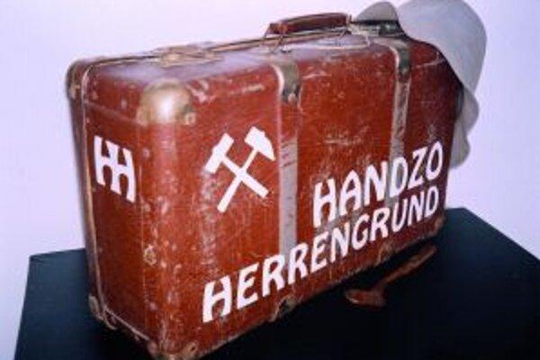 Kufrík už budúci Handzo má