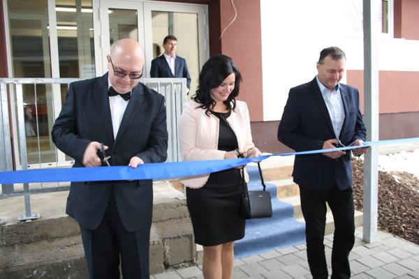 Strihanie pásky pred budovou novej telocvične v Lazanoch