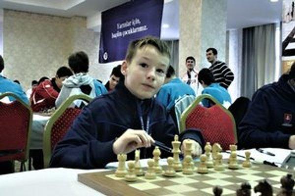 Viktor Haring v plnom nasadení nad šachovnicou počas olympiády v tureckom Kocaeli.