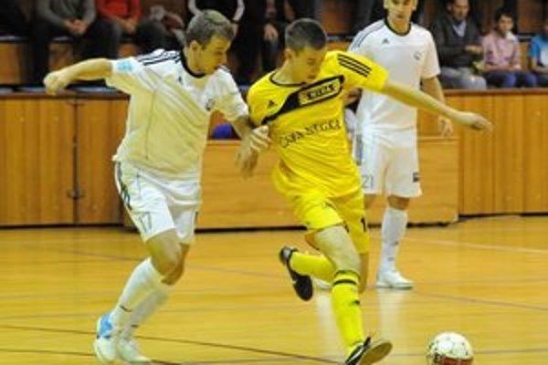 Strelec jedného z gólov MIBY Róbert Greško (v žltom) v zápasovom nasadení.