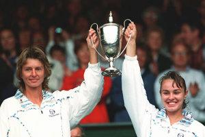 Helena Suková (vľavo) a Martina Hingisová s trofejou pre víťaza ženskej štvorhry vo Wimbledone v roku 1998.