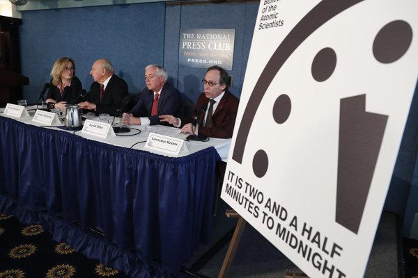 Rovnako, ako minulý rok (na zábere), ukazujú hodiny posledného súdu čas o dve minúty dvanásť.