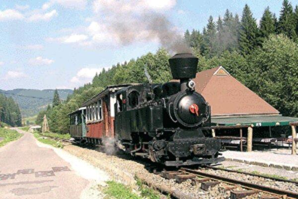 Vlaky tu premávajú na 15-kilometrovej trati z Chvatimechu cez Čierny Balog do Vydrova.