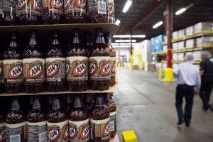 Na snímke z roku 2012 sú vyprázdnené plastové fľaše od piva v závode Dr Pepper Snapple v americkom Houstone.