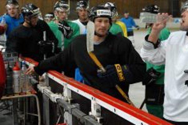 Bystrickí hokejisti na prvom tréningu na ľade, v strede Országh