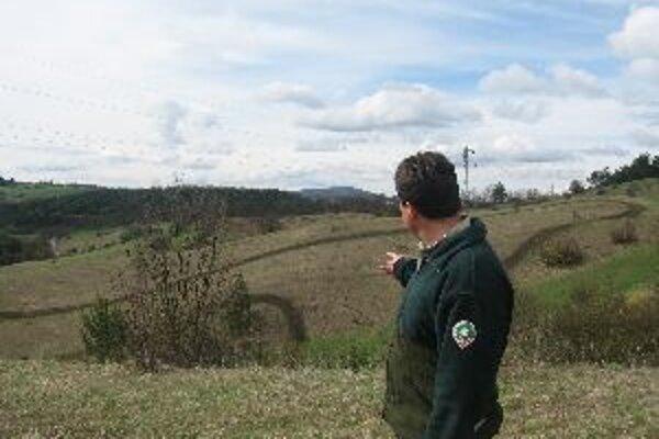Strážca prírody ukazuje lokalitu v ochrannom pásme národného parku Nízke Tatry, ktorá je motorkármi ťažko skúšaná