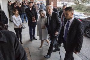 Miloš Zeman s manželkou Ivanou prichádza do volebnej miestnosti v Prahe.