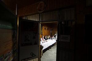 Volebná miestnosť počas druhého kola českých prezidentských volieb.