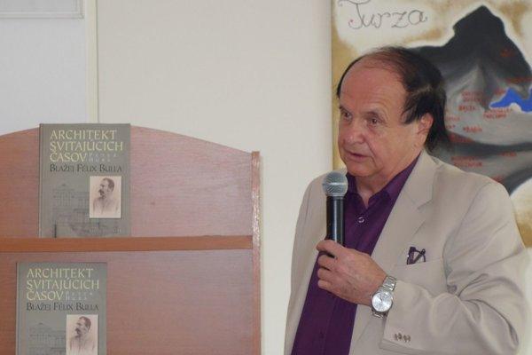 Peter Huba na jednej z početných besied predstavujúcich knihu o staviteľovi Blažejovi Bullovi.